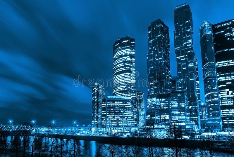 Futuristische zaken die op Bank van de rivier voortbouwen, nacht, het stemmen stock afbeelding