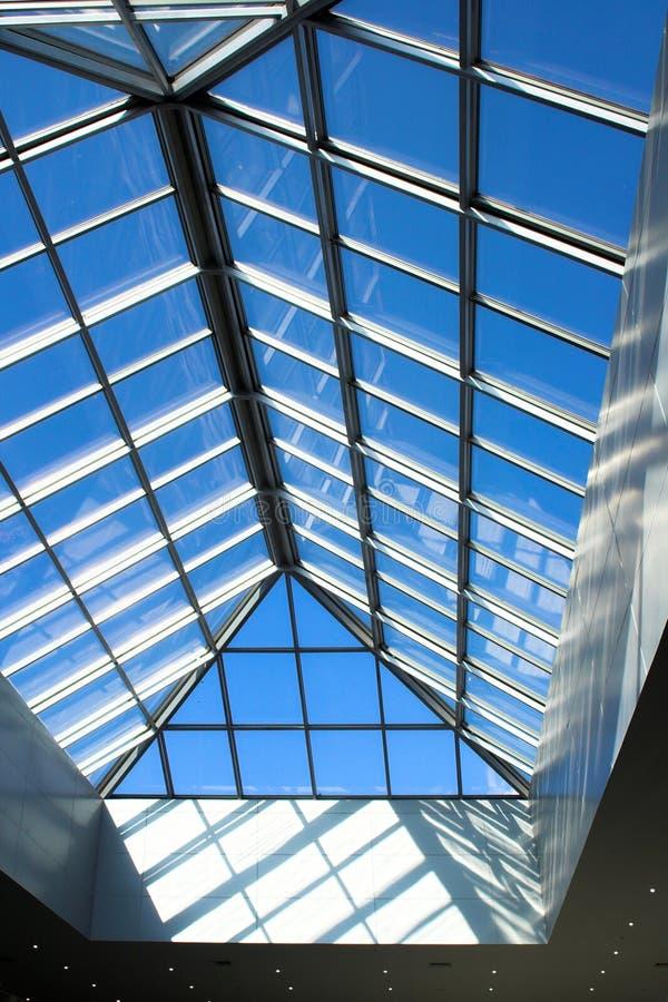 Futuristischer Geschäftszentrum-Dachaufbau stockfotos