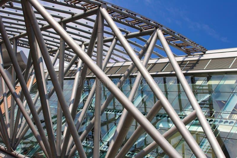 Futuristischer Geschäftszentrum-Metalldachaufbau lizenzfreie stockfotos