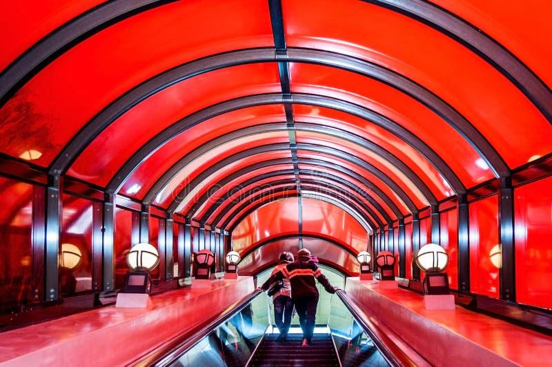 Futuristischer roter Rolltreppentunnel in Japan lizenzfreies stockbild