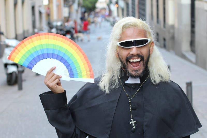 Futuristischer schauender Priester, der einen Regenbogenfan h?lt lizenzfreie stockbilder