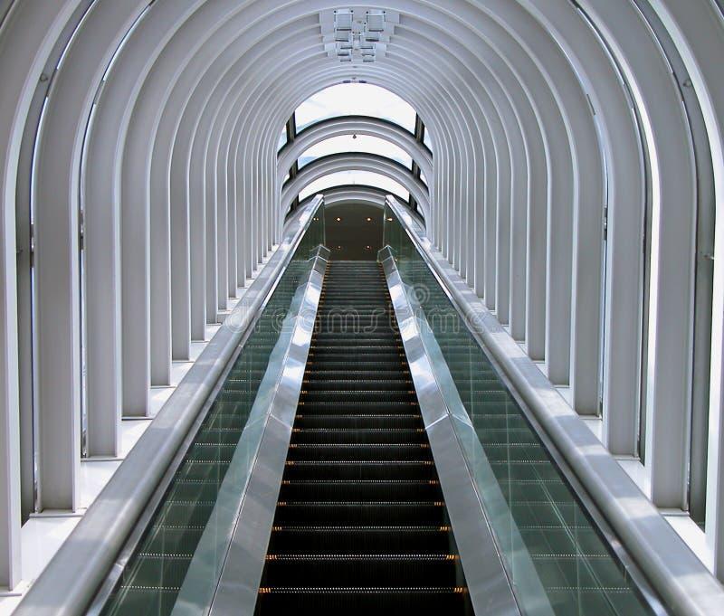Futuristisches bewegliches Treppenhaus stockbild