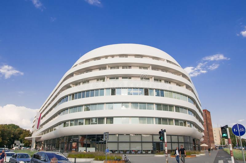 Futuristisches Gebäude in Breslau, OVO Breslau, Wohnungen, Büros, Hotel DoubleTree durch Hilton Wroclaw 2018 stockbilder