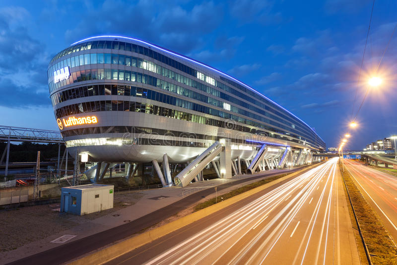 Futuristisches Gebäude am Frankfurt-Flughafen lizenzfreie stockbilder