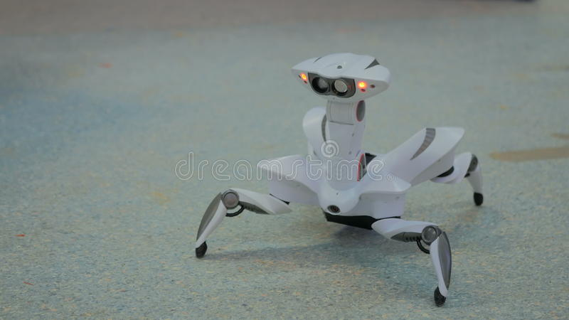 Futuristisches Roboterspinnentanzen stockbild