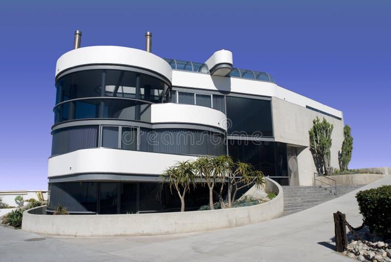 Futuristisches rundes weißes Haus stockbild