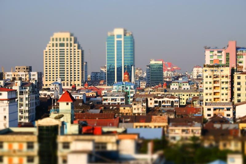 Futuristisches Vogelperspektivepanorama des Entwickelns von Rangun-Stadt myanmar stockbild