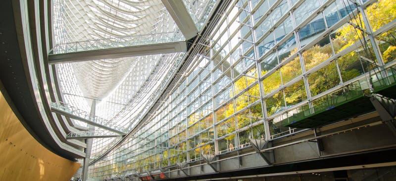 Futuristisk arkitekturinre av Tokyo Internationalforum arkivbild