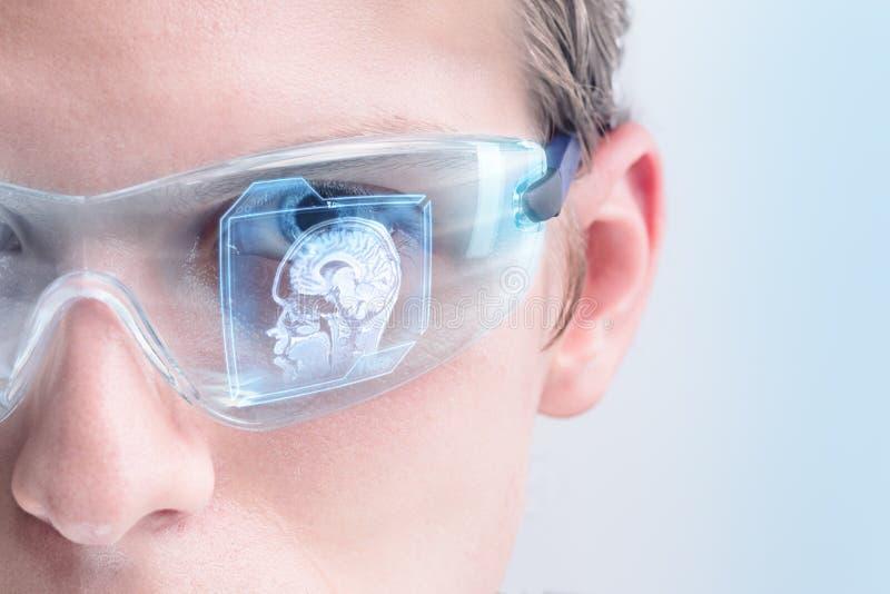 Futuristisk doktor som analyserar hjärnbildläsning arkivfoton