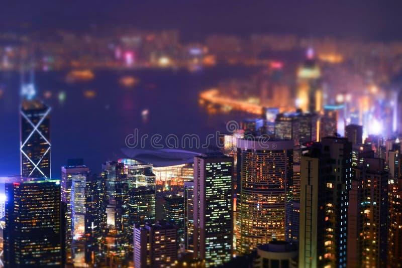 Futuristisk Hong Kong för natt panorama Lutandeförskjutning arkivbilder