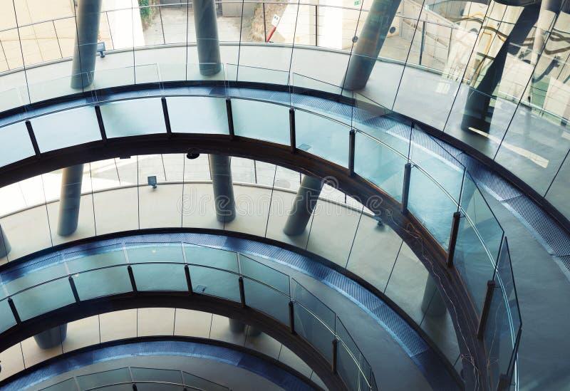 Futuristisk kontorsbyggnad royaltyfria bilder