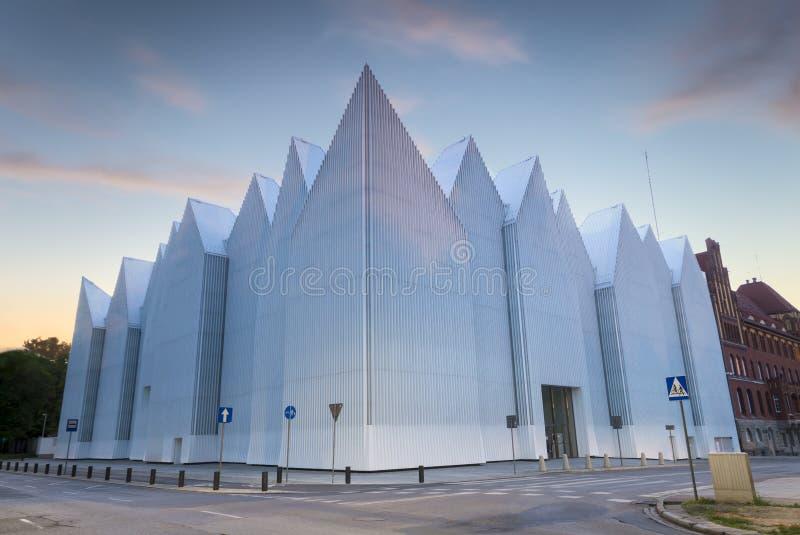 Futuristisk kontorsbyggnad i filharmoniska Szczecin royaltyfria bilder