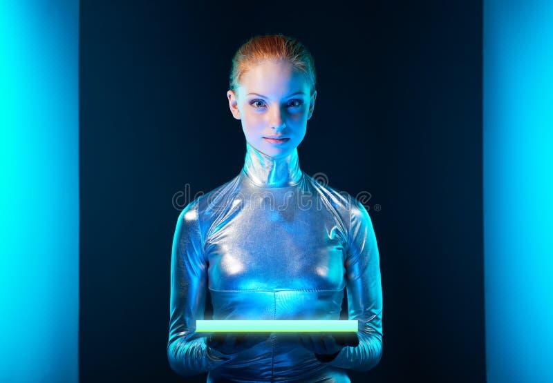 Futuristisk ung kvinna i silverkläder royaltyfri bild
