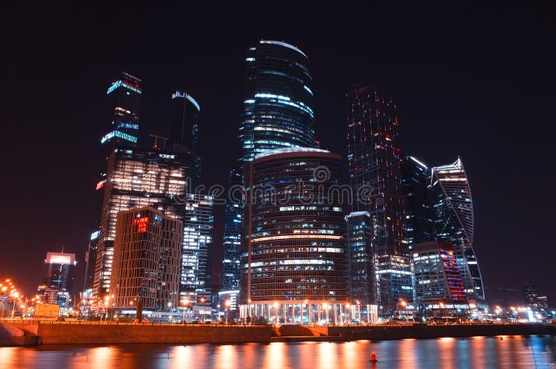 Futuristiska Moskvastadsskyskrapor på nattbakgrund arkivfoto
