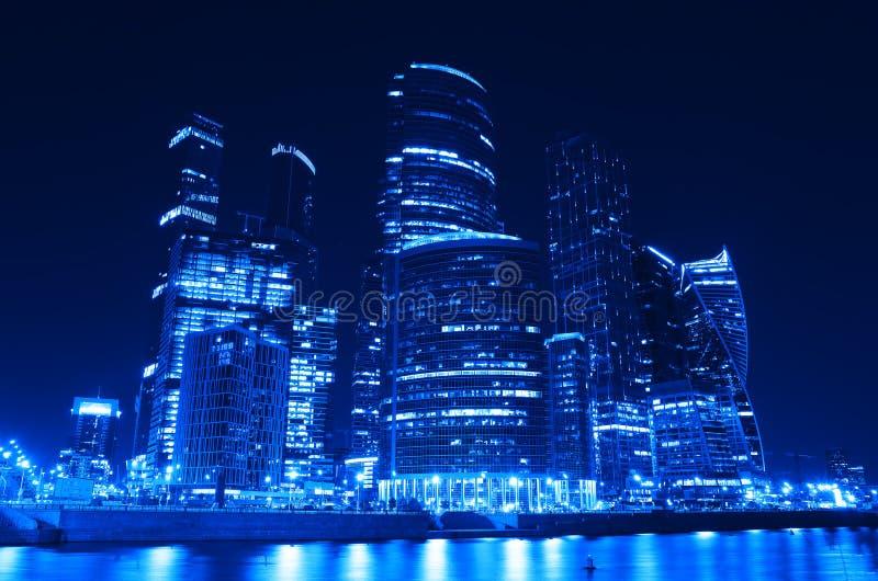Futuristiska Moskvastadsskyskrapor på nattbakgrund royaltyfri fotografi