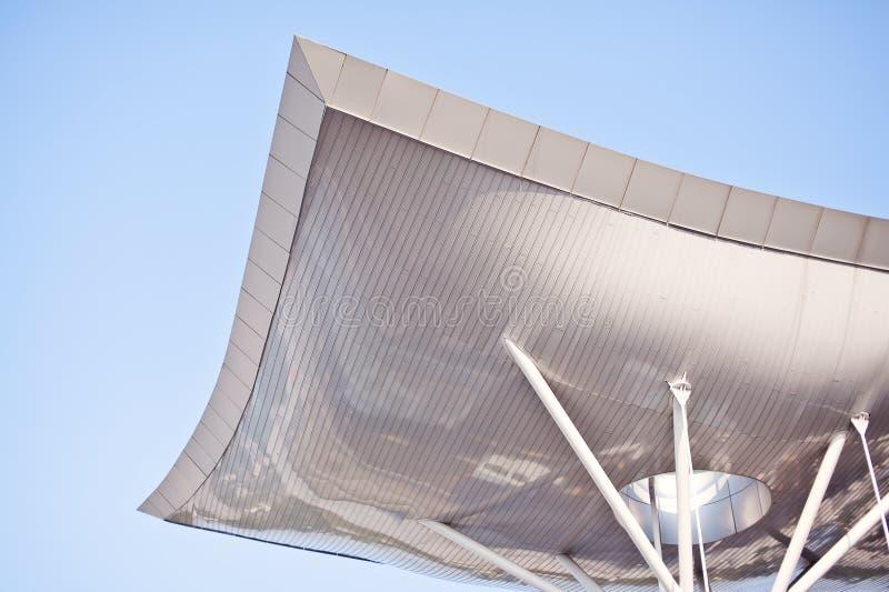 Futuristiskt krökt tak på blå bakgrund arkivfoton
