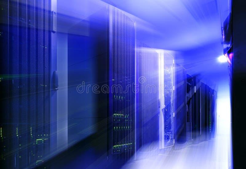 Futuristiskt modernt serverrum i datorhall med ljus suddighet och rörelse royaltyfri bild
