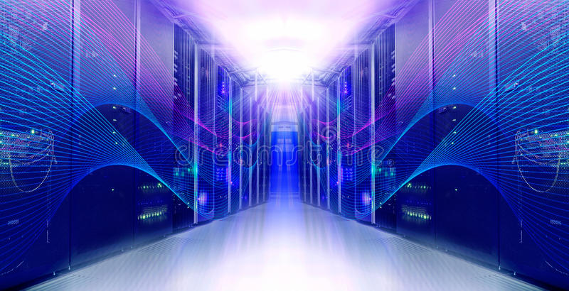 Futuristiskt modernt symmetriskt serverrum i datorhallen arkivfoton