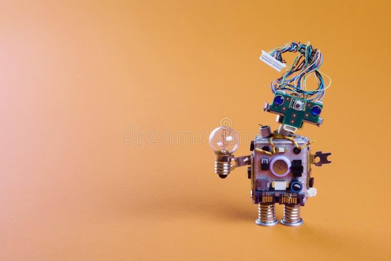 Futuristiskt robotbegrepp med frisyren för elektrisk tråd Mekanism för leksak för strömkretshålighetchip, roligt huvud, färgad bl royaltyfri bild