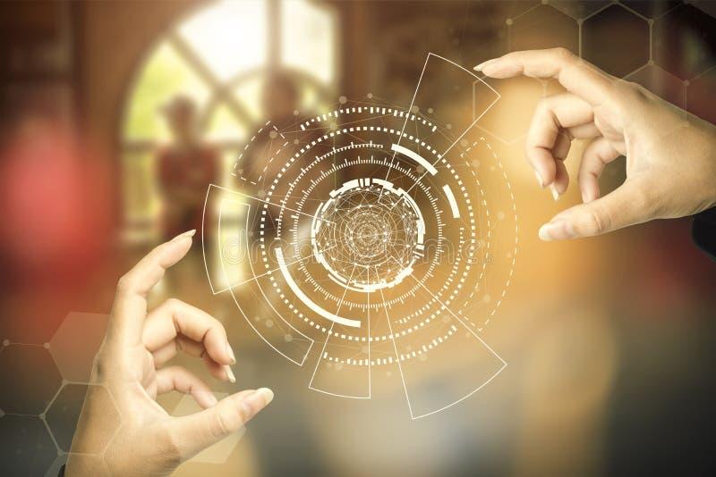 Futuro conceito de tecnologia Mão fechada tocando ícones brilhantes de tecnologia com fundo desfocado escuro Imagem para adiciona fotos de stock royalty free