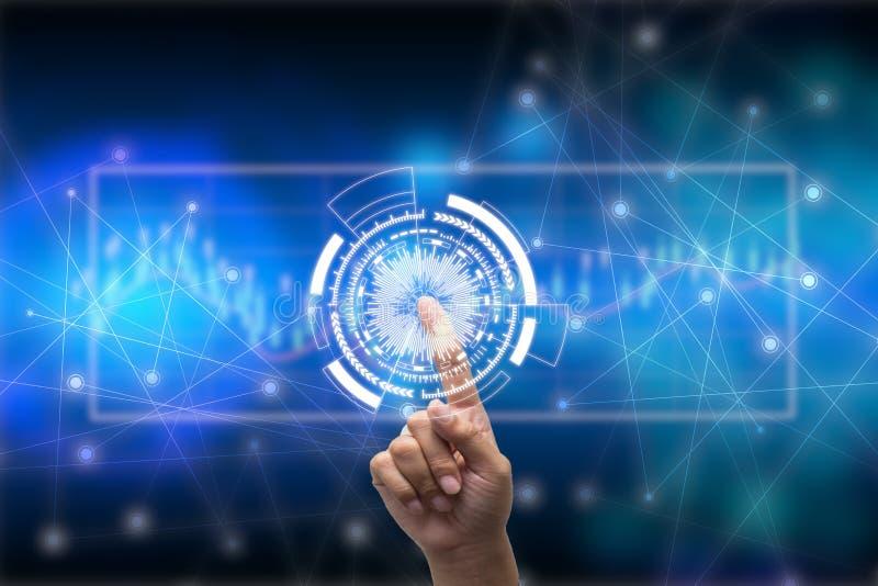 Futuro del concetto della rete di tecnologia, uomo d'affari che tiene simbolo mondiale della rete ed interfaccia grafica immagine stock libera da diritti