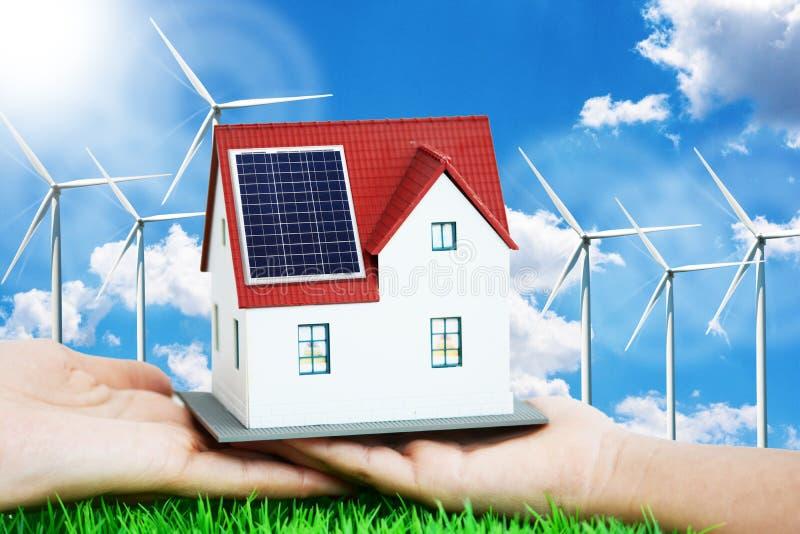 Futuro dell'energia rinnovabile per il concetto del consumo domestico con la casa miniatura immagine stock libera da diritti