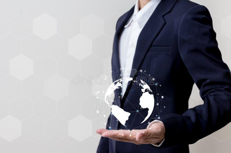 Futuro do conceito da rede da tecnologia, homem de negócios que guarda a rede mundial foto de stock royalty free