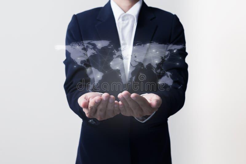 Futuro do conceito da rede da tecnologia, homem de negócios que guarda a rede mundial foto de stock