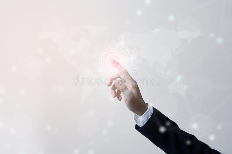 Futuro do conceito da rede da tecnologia, homem de negócios que guarda a rede mundial imagens de stock