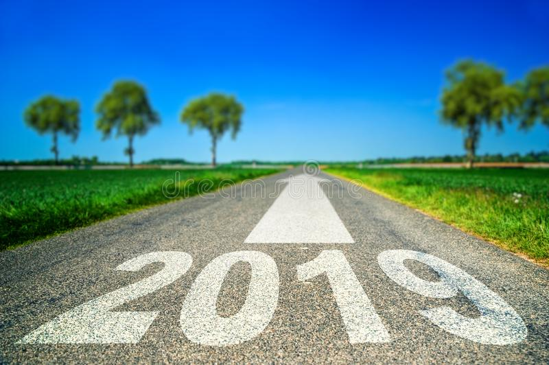 Futuro e concetto della destinazione - segnaletica stradale in una forma di 2019 anni e di freccia fotografia stock