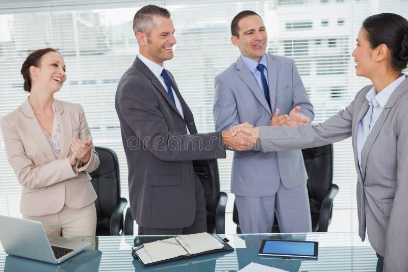 Futurs collègues de sourire se serrant la main images stock