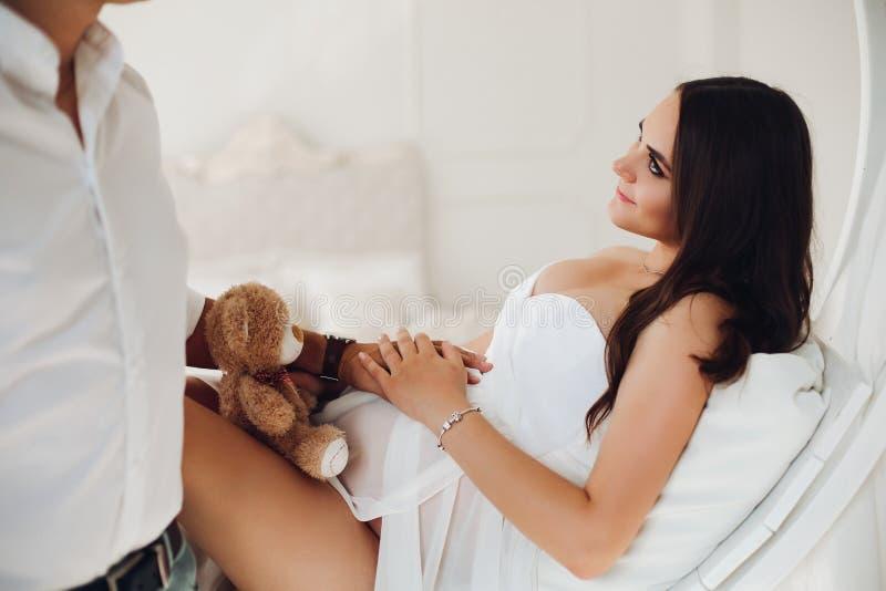 Futurs parents touchant le ventre et attendant peu de bébé photos libres de droits