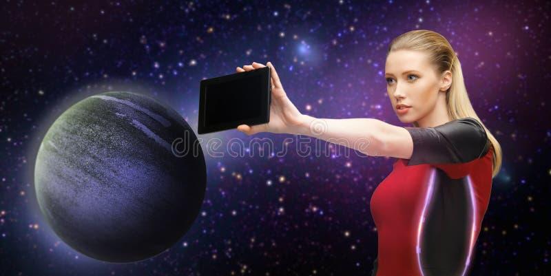 Futurystyczna kobieta z pastylka komputerem osobistym nad przestrzenią zdjęcia stock