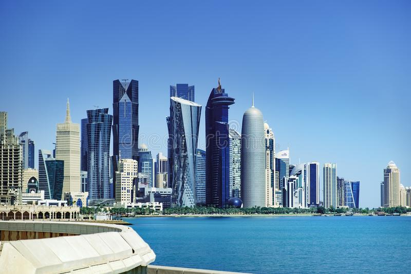 Futurystyczna linia horyzontu Doha w Katar zdjęcie stock