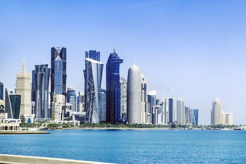 Futurystyczna linia horyzontu Doha w Katar obrazy royalty free