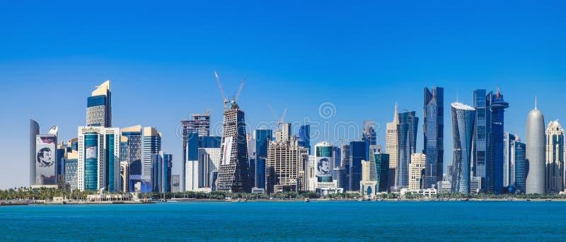 Futurystyczna linia horyzontu Doha w Katar fotografia stock