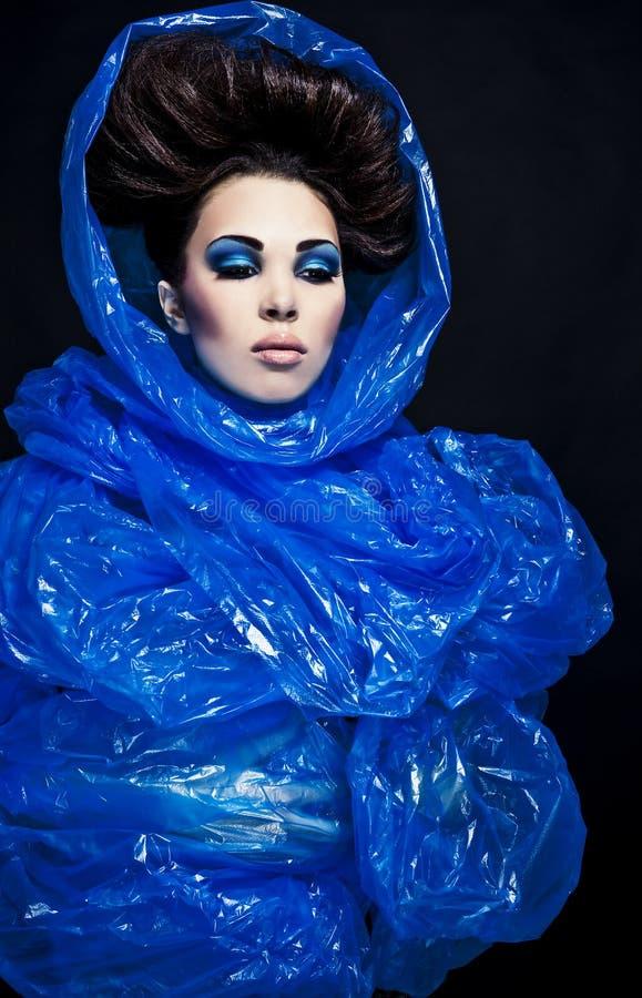 Futurystyczna piękna młoda żeńska twarz z błękitnym moda makijażem. zdjęcia stock