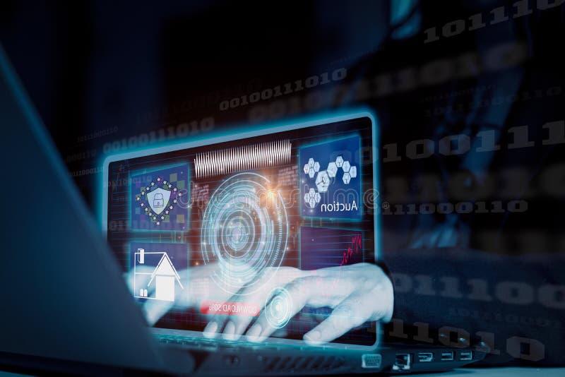 Futurystyczna zaawansowana technologia, biznesmen używa interfejs przez laptop aukcji online, ochrony pojęcia cyber dane magazyn, zdjęcie stock