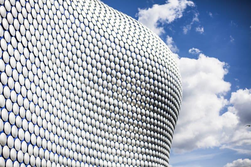 Futurystycznego nowożytnego budynku zewnętrzny powlekanie przy centrum handlowym w centre Birmingham, Anglia Błękitne szpilki zdjęcie royalty free