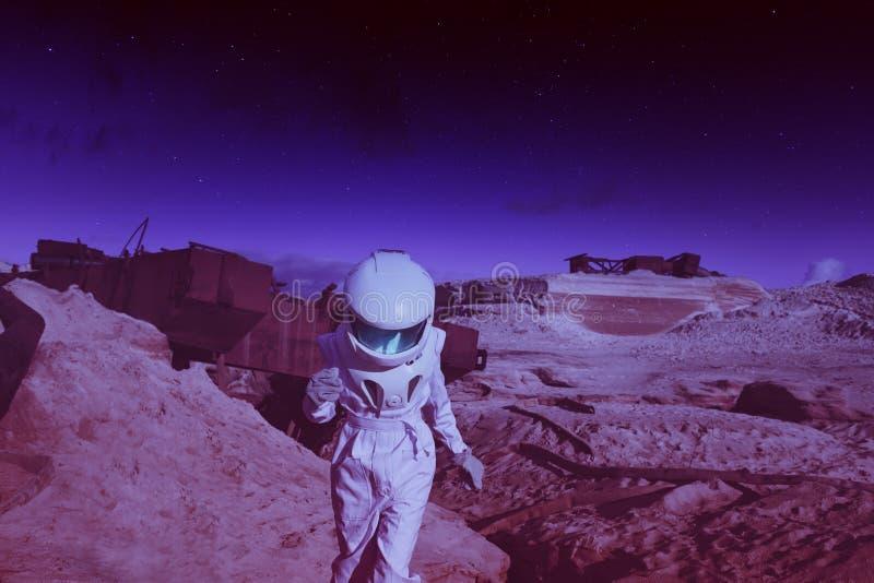 Futurystyczny astronauta na innej planecie, Mars zdjęcie royalty free