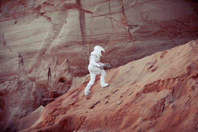 Futurystyczny astronauta na innej planecie, wizerunek z zdjęcie stock