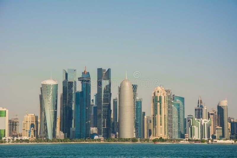 Futurystyczny miastowy linia horyzontu Doha, wielki miasto państwo arabskie Katar zdjęcia stock