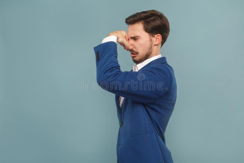 Fuu, o que é cheiro mau? Mão fechado do nariz do homem infeliz imagem de stock
