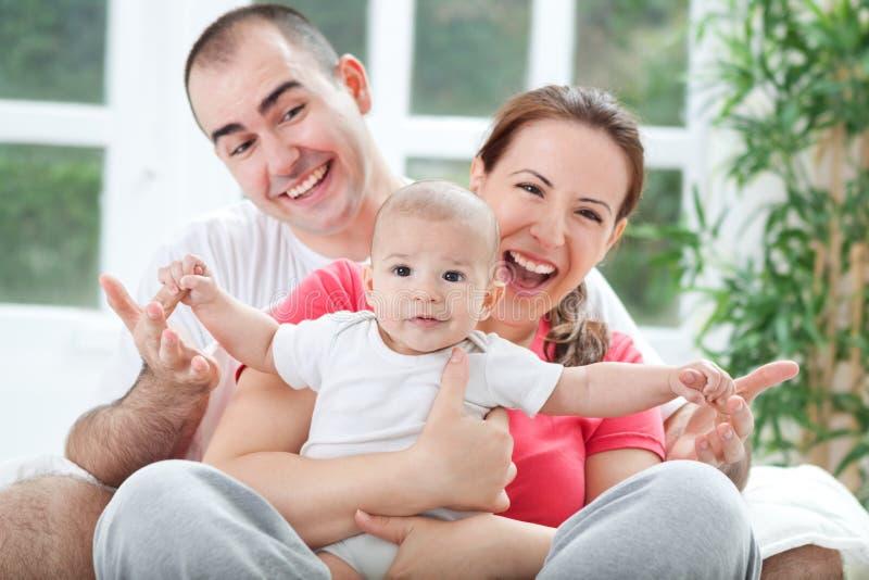 Fuuny gelukkige het glimlachen familiefoto royalty-vrije stock foto