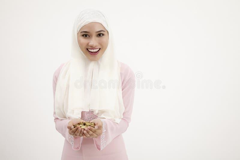 Fuyll руки женщины монеток стоковое изображение