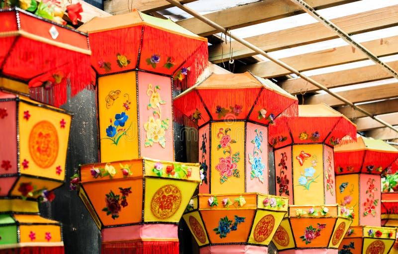 Fuzhou, China 6 DE MARÇO DE 2019: Grupo de exposição de suspensão da lanterna colorida chinesa do estilo tradicional imagem de stock royalty free