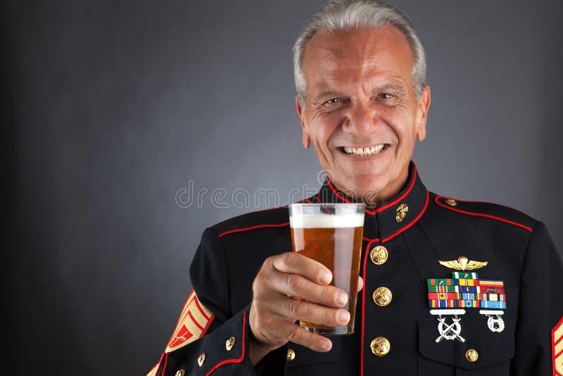 Fuzileiro naval feliz que comemora foto de stock