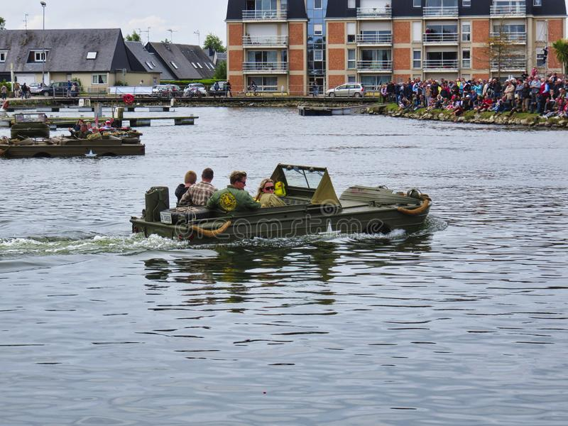 Fuzileiros navais americanos em uma barca de descarregamento durante um programa demonstrativo do assalto anfíbio durante o anive imagem de stock royalty free