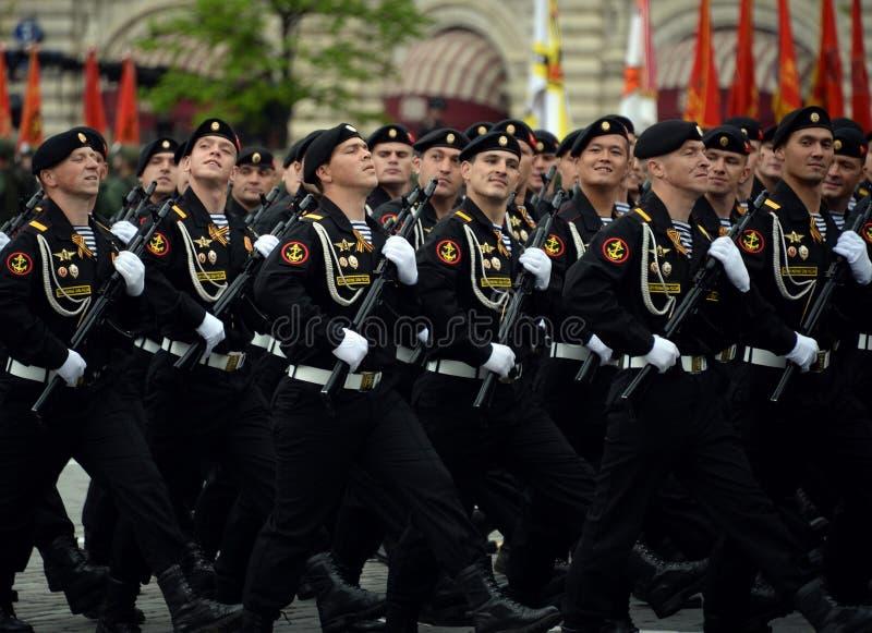 Fuzileiros navais da brigada de Kirkenes da infantaria marinha das forças litorais da frota do norte durante o ensaio da parada fotos de stock royalty free