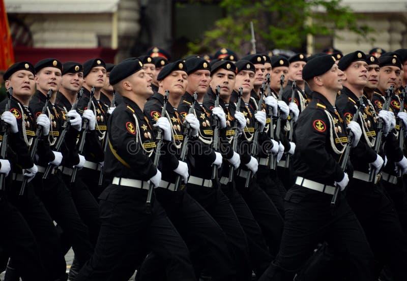 Fuzileiros navais da brigada de Kirkenes da infantaria marinha das forças litorais da frota do norte durante o ensaio da parada foto de stock